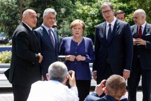 Макрон: Ще помогна за рестарта на преговорите между Сърбия и Косово