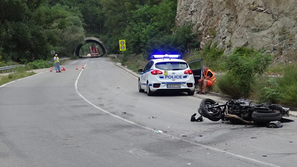 Шофьор на лек автомобил отне предимство, прати моторист в болница