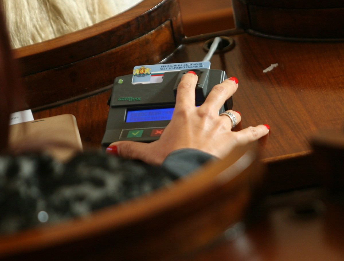 Депутатите се събират извънредно заради машинното гласуване