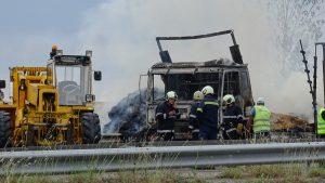 """ТИР със слама се запали и изгоря на магистрала """"Струма"""""""