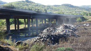 АМ Струма остава затворена след пожара; собственикът на склада под моста: Запалиха ме