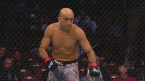 Нокаутираха пред бар бивш шампион на UFC