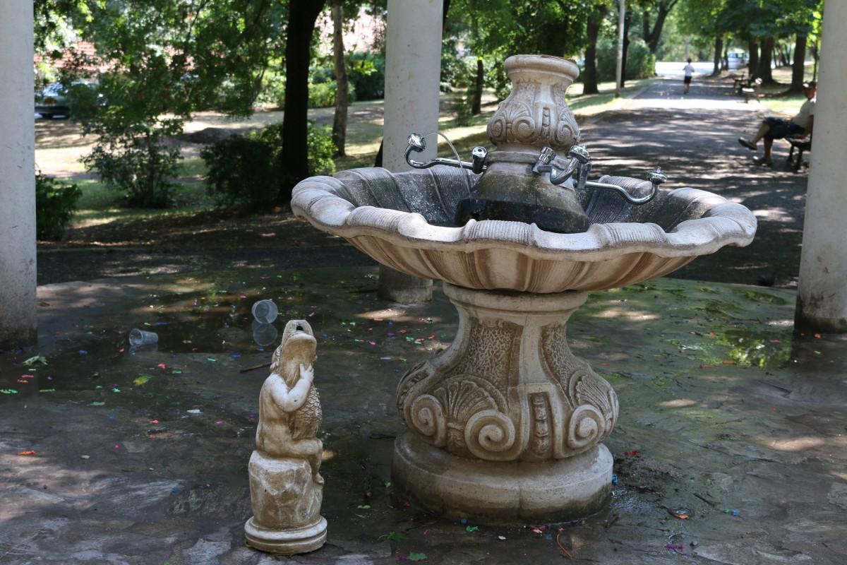 Вандали счупиха за пореден път емблематичната чешма в Горна баня
