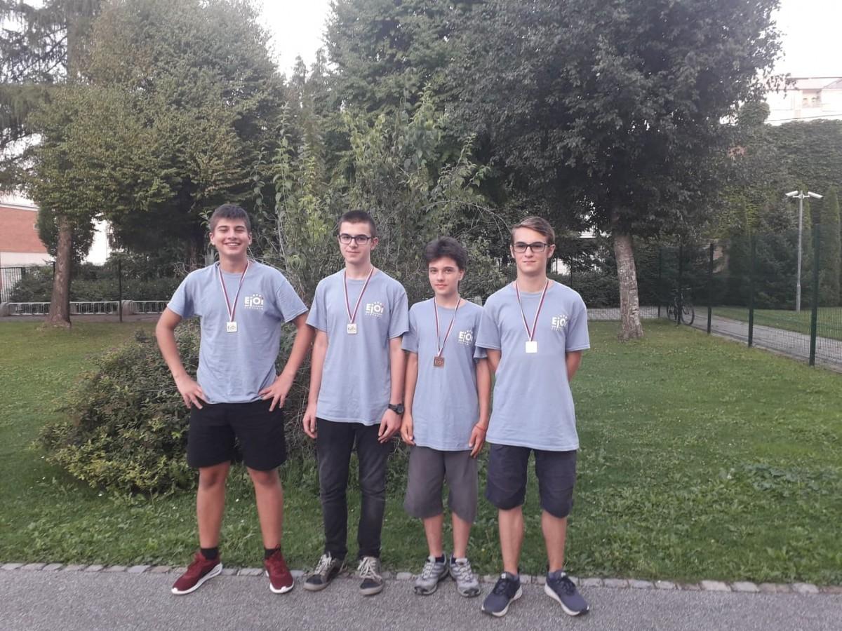 Български ученици взеха 4 медала от олимпиада по информатика в Словения