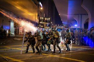 Протестите в Хонг Конг: Полицията използва сълзотворен газ и гумени куршуми