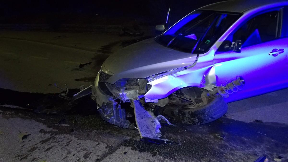 Автомобил се заби в стена, по чудо няма пострадали