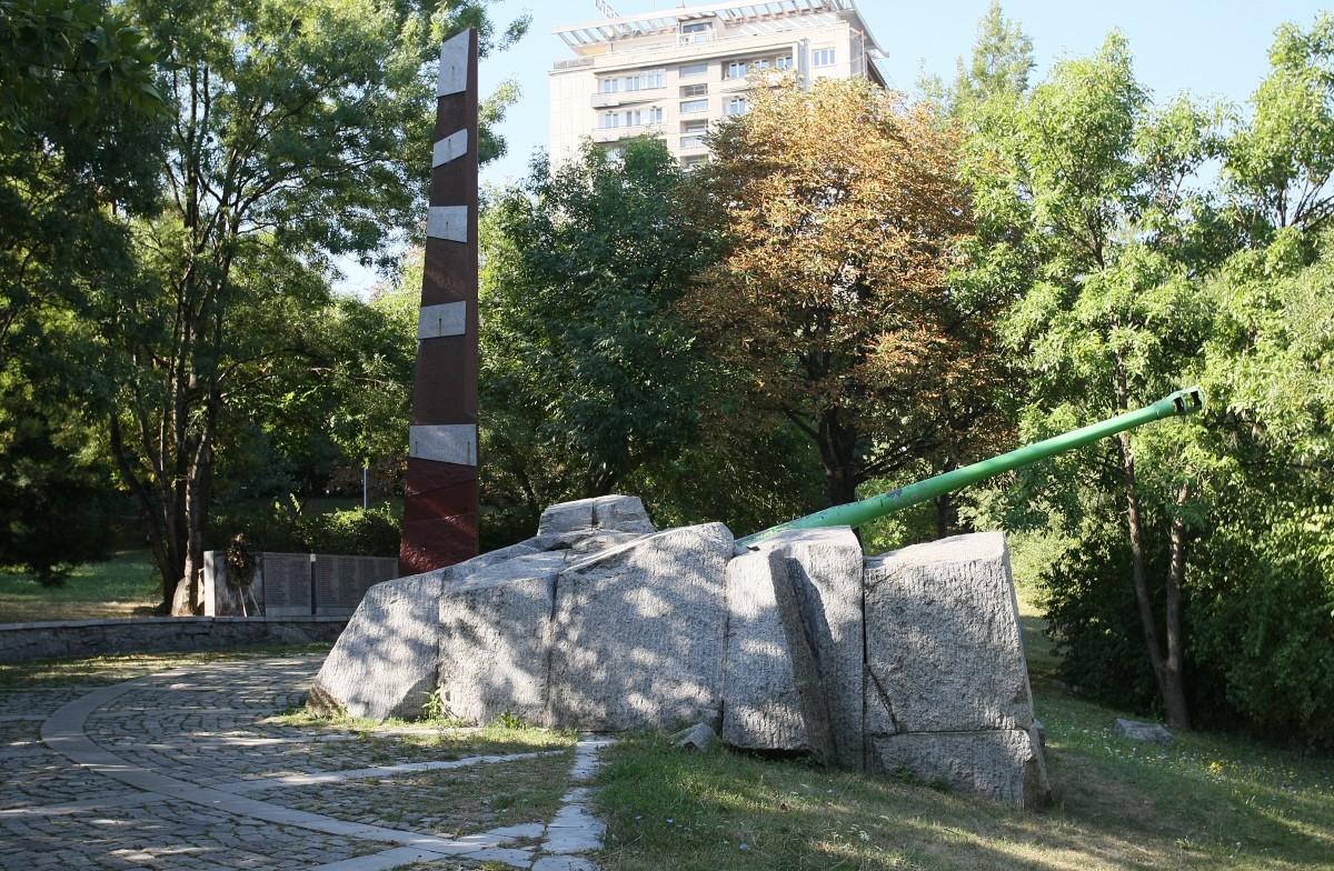 Възстановяват счупената плоча на Бронираната бригада в София до месец