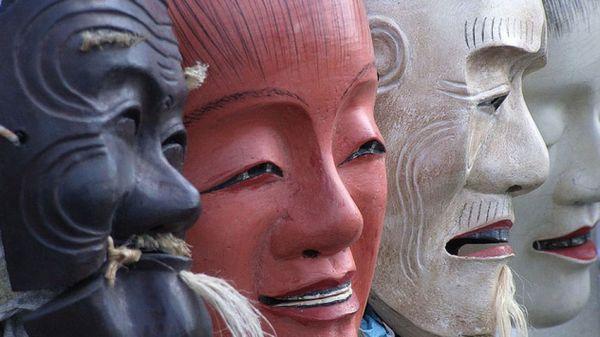 Изложба маски от театър но и икебана