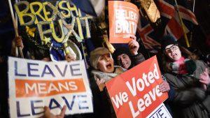 Протест пред британския парламент преди ключовия вот