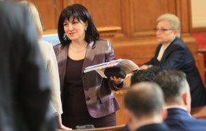 Караянчева: Президентът се престраши да дойде в НС, не каза нищо ново