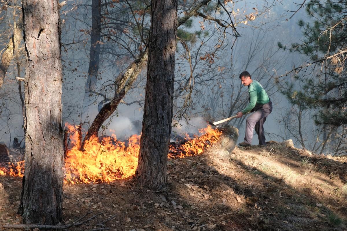Подновява се гасенето на пожара край Котел