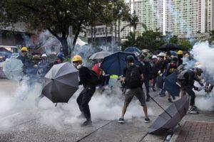 Полицията в Хонконг използва сълзотворен газ срещу протестиращи