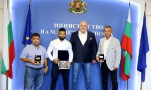 Кралев награди бронзовия медалист от Световното по щанги Божидар Андреев