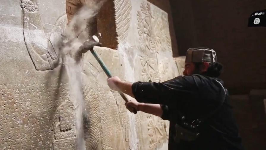 Джихадистите унищожавали в Ирак асирийски статуи