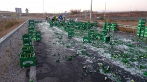 Бира и зърно се разпиляха по Е-79 след два инцидента край Благоевград