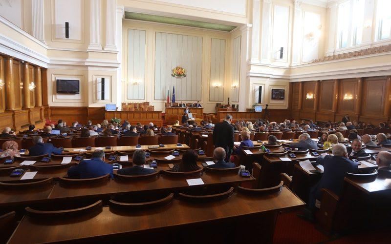 Депутатите обсъждат бюджета на ДОО и НЗОК