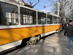 Трамвай дерайлира и блъсна жена до Съдебната палата