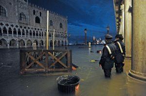 Нивото на водата във Венеция започва да спада