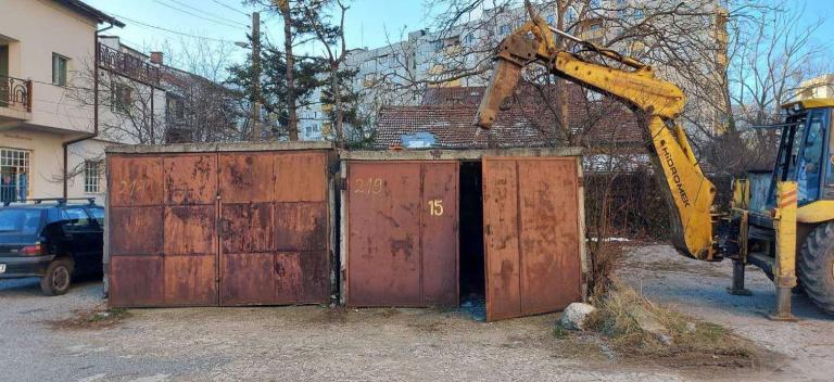 Премахват незаконните гаражи в два квартала в Сливен