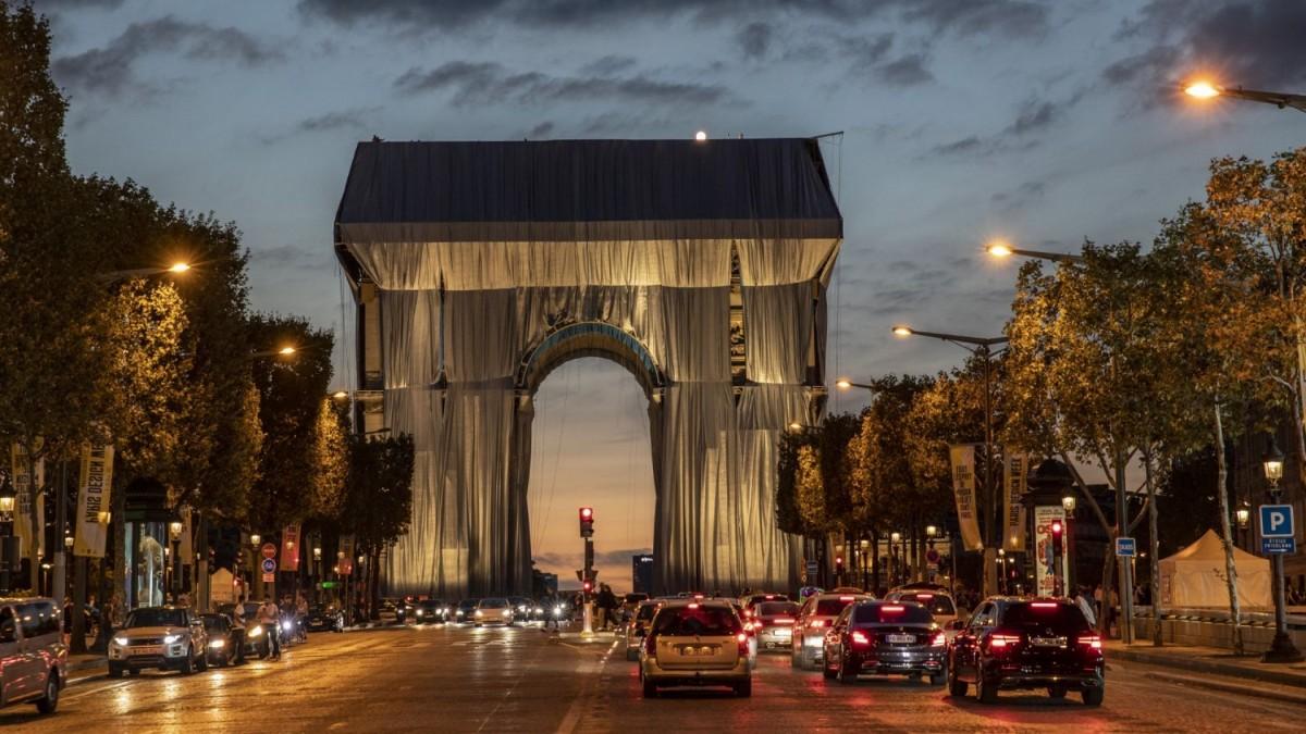 Видео: Най-впечатляващият момент от опаковането на Триумфалната арка