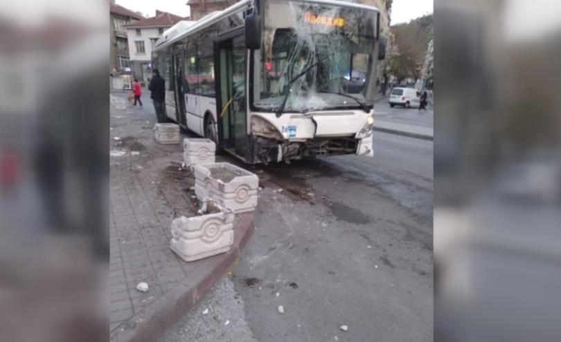 Кола се вряза в автобус във Варна, има пострадали